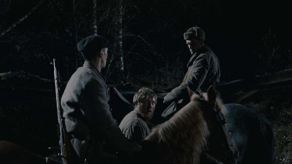 浓雾弥漫的森林深处,三人的关系非敌非友,叛国与英雄主义的界线模糊不