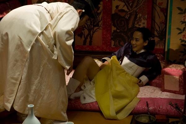 潮吹淫乱电影_《丑闻》,《淫乱书生》等在韩国引起很大骚动的古装情色电影,他以现代